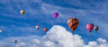 Ballons im blauen Himmel